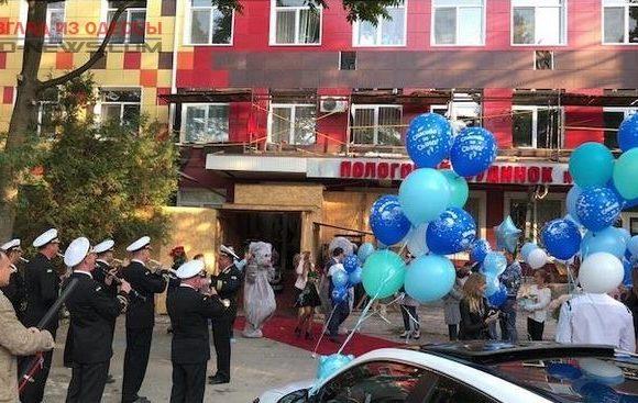 В Одессе роженицу встретили с музыкой и красной дорожкой