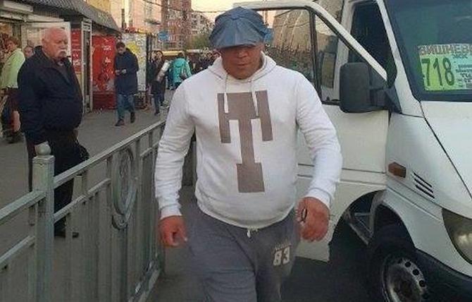 Пытался проехать бесплатно: в Киеве водитель и пассажиры маршрутки избили парня-инвалида