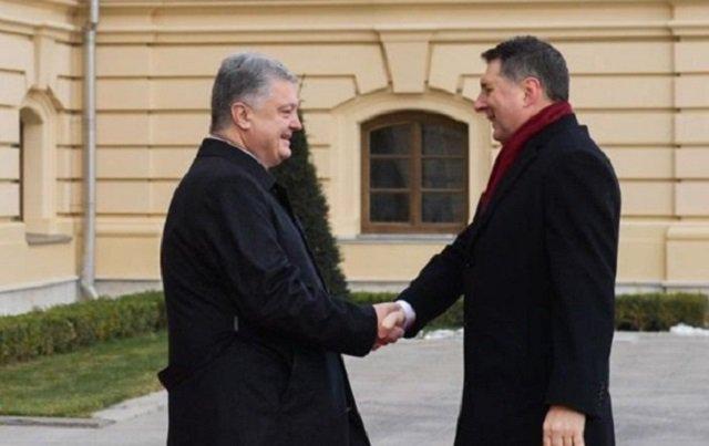 Порошенко наградил президента Латвии за поддержку Украины