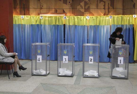 С мыслями о президентских: как в Украине выбирали местную власть
