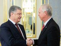 Порошенко принял сенатора США Джонсона и поблагодарил американскую сторону за поддержку Украины