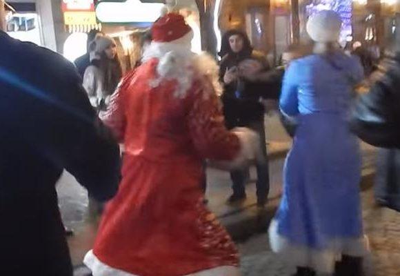 Деды Морозы устроили кровавое побоище в центре Одессы (ВИДЕО)