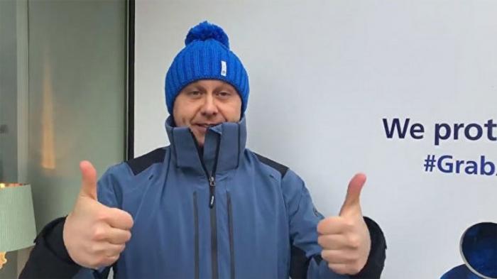 Кандидат в президенты решил продать ворованные синие шапки