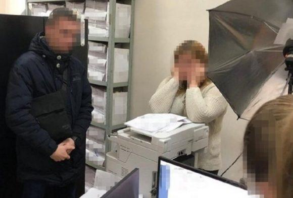 Работница киевской миграционной службы вымогала $400 за оформление загранпаспорта